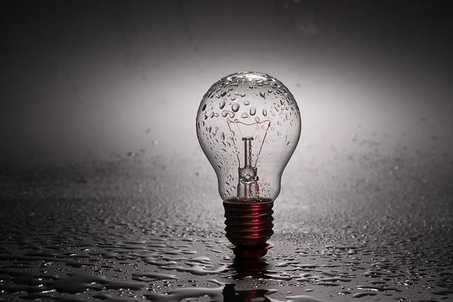 žárovka v dešti