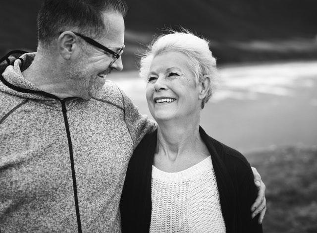 Staršia žena, ktorá sa usmieva na staršieho muža