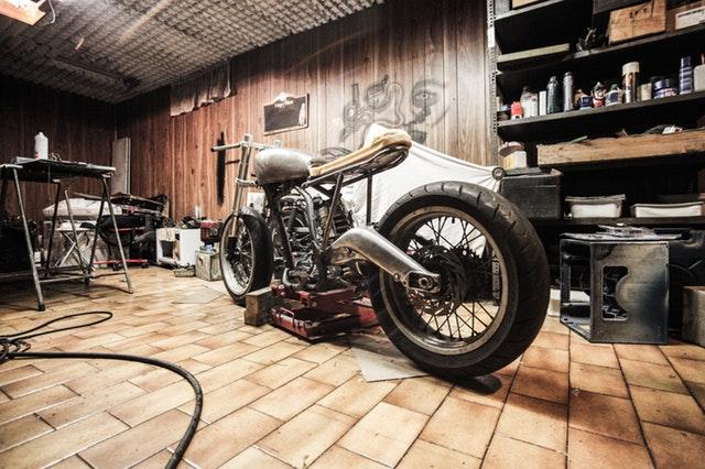veľká motorka v garáži