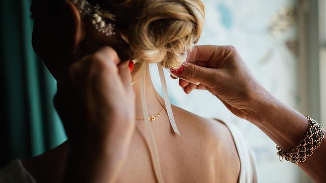 upravovanie ženy so šperkami