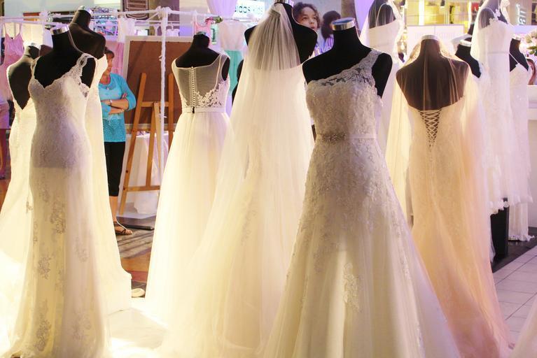 Svadobné šaty, figuríny v obchode.jpg