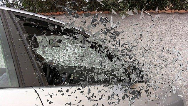 Strieborné auto z ktorého odlietajú črepiny skla.jpg