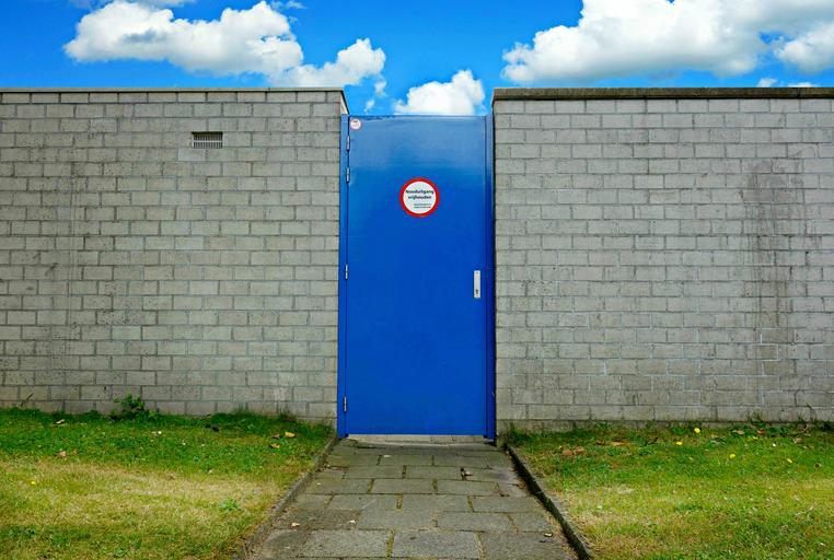 Stena, múr, modré dvere.jpg