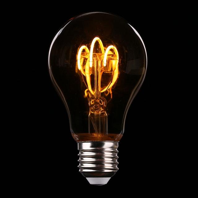žiarovka v tme