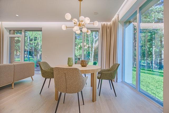 Jedáleň a obývačkou s veľkými presklenými dverami