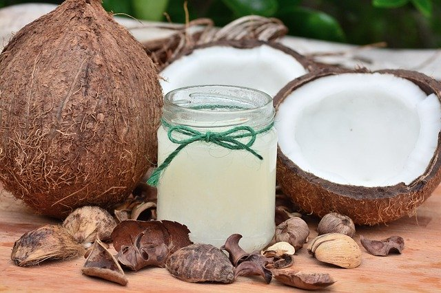 Kokosy rozpolené a kokosová voda v pohári