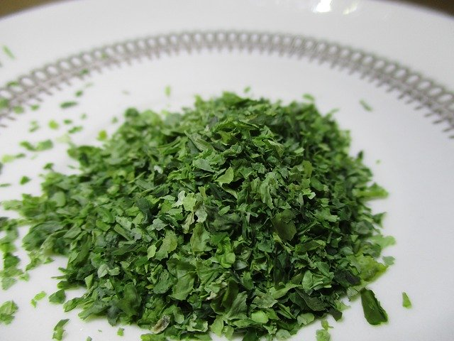 Zelené riasy nasekané na tanieri